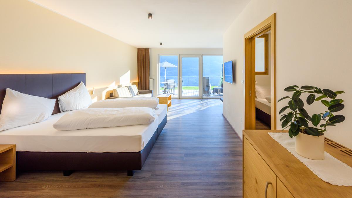 LA PERGOLA SUITES Lagrein - Dorf Tirol Ferienwohnung Appartement Zimmer Infinity Pool